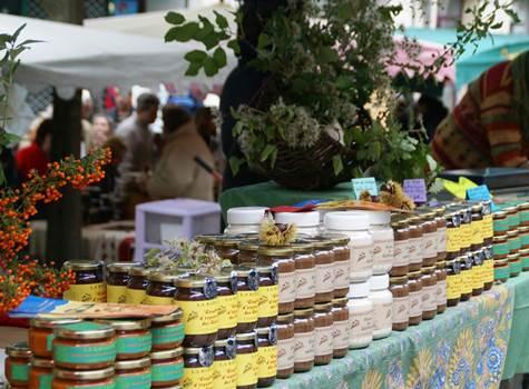 Pots de miel au marché
