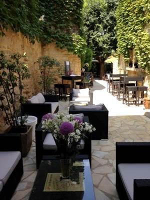 Restaurant midi à l'ombre terrasse lounge