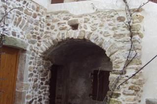 Situé au centre du village