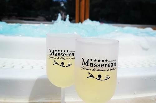 Un verre de vin du Domaine et un spa bouillonnant ©