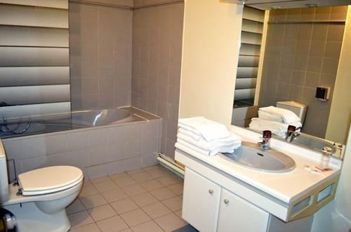 Hôtel DES SPORTS salle de bains ©