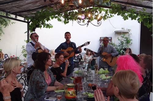 Joie de Vivre Unimited repas festif © Joie de Vivre Unimited