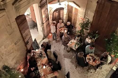La Maison Comte cour le soir © La Maison Comte
