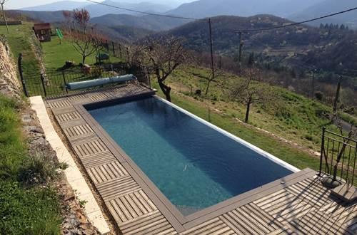 La piscine à débordement vue sur la vallée ©