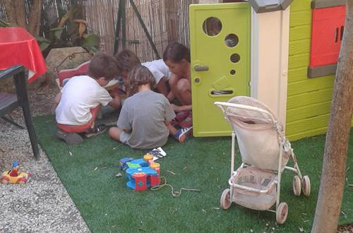 Café associatif Les Petites Mains d'Uzès - restaurant avec jardin et espaces pour les enfants © ©Les Petites Mains d'Uzès